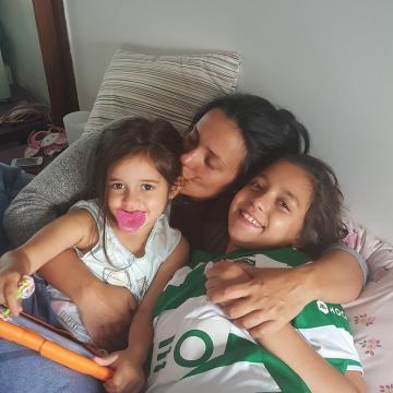 Marta Cruz com as duas filhas.