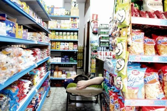 Un ciudadano chino descansa en su tienda
