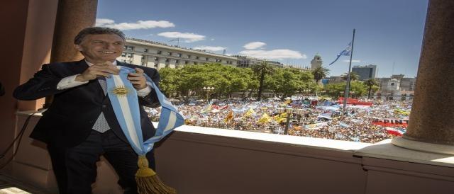 Mauricio Macri se quitó la banda y bailó un rato