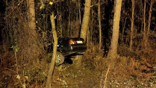 No primeiro acidente carro ficou suspenso.