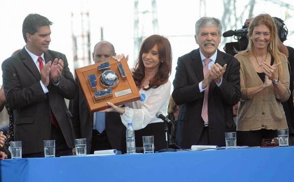 La presidenta muestra una maqueta de la Central