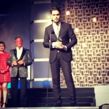 Diogo Morgado sobe ao palco para receber o prémio