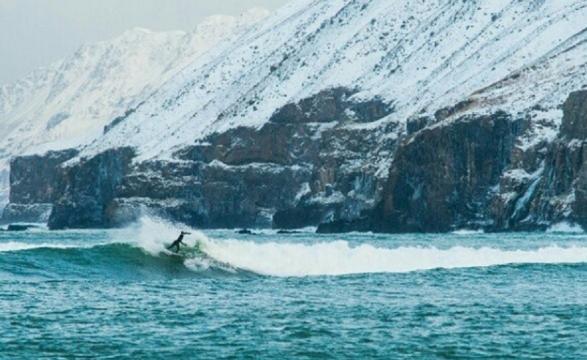 Imagen de Natxo González surfeando en Islandia
