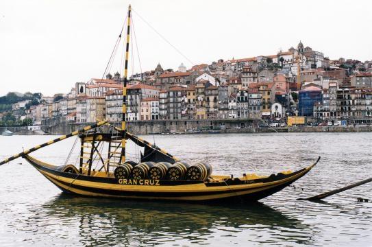 O Douro vem desaguar ao Porto cruzando a Ribeira