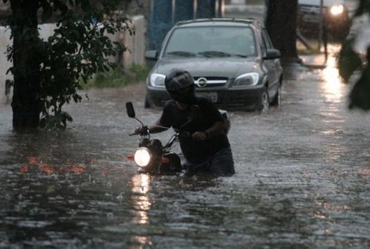 Moradores se arriscam em enchentes