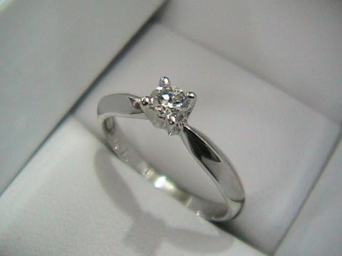Anillo con diamantes blancos de Channel