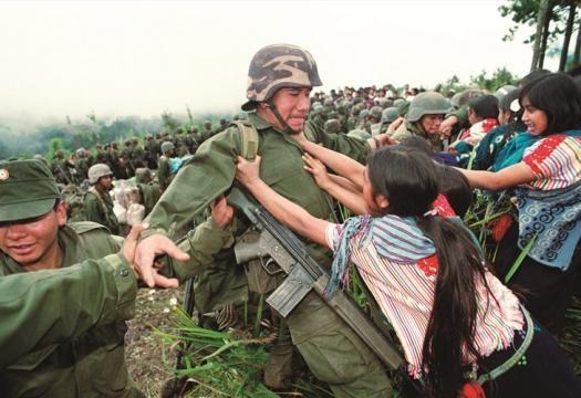militares reprimiendo indígenas zapatistas