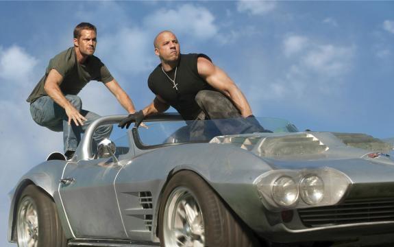Cena de ação que mostra Paul Walker e Vin Diesel
