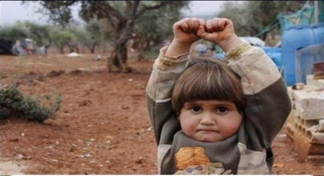 La niña se rinde porque cree que es un arma