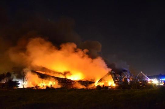 115 bombeiros apoiados por 51 veículos.