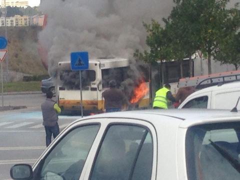 Autocarro em chamas pára o trânsito.