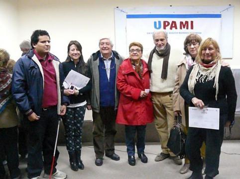 Mg. Helga Ticac junto a docentes y alumnos mayores