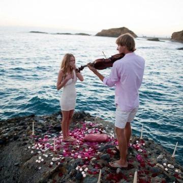 A tocar violino junto ao mar