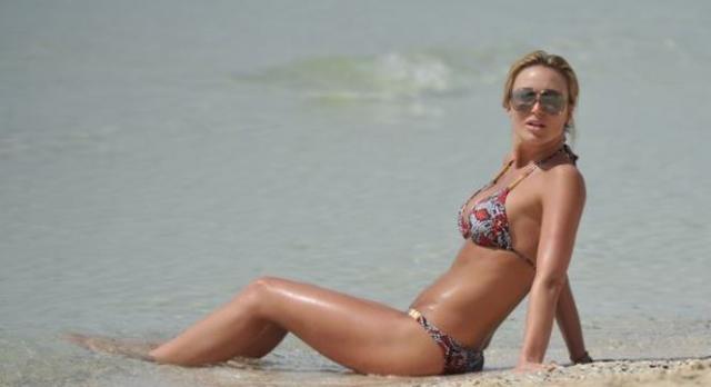 Alex Gerrard deslumbrante numa praia do Dubai