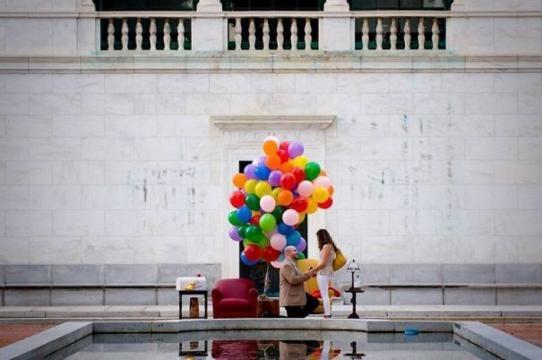 Em espaço público com balões