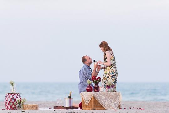 Na praia com flores, champanhe e anel