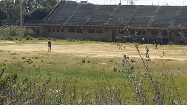 Giovani immigrati che giocano a Cricket
