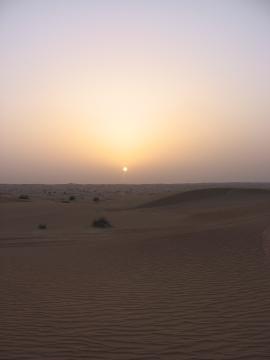 Caída del sol en las arenas de Dubai