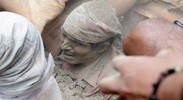 Homem salvo dos escombros.