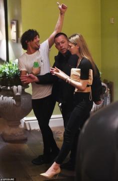 Louis acompanhado pela rapariga (Foto: Xposure)