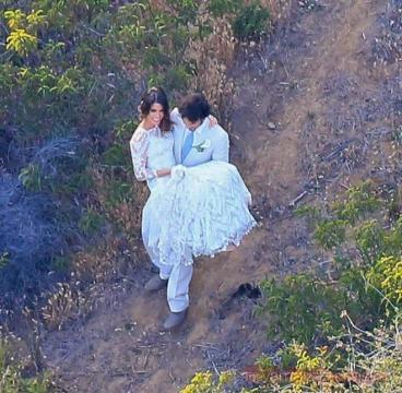 Casamento: Ian com Nikki ao colo