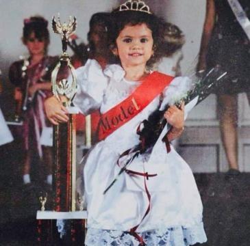Selena als Kleinkind bei einem Wettbewerb.