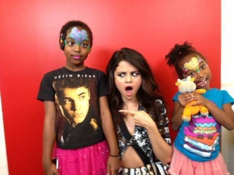 Selena nimmt's mit Humor, ein T-Shirt mit ihrem Ex