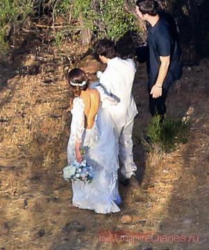 Vestido de noiva de Nikki Reed e fato noivo de Ian
