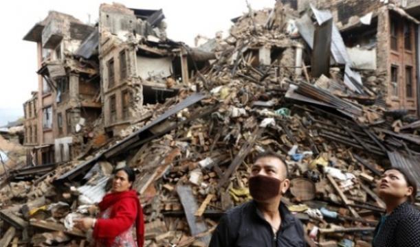 Ciudadanos en medio de escombros