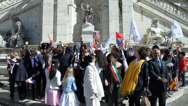 Il lancio medaglie Expo nella fontana dea Roma