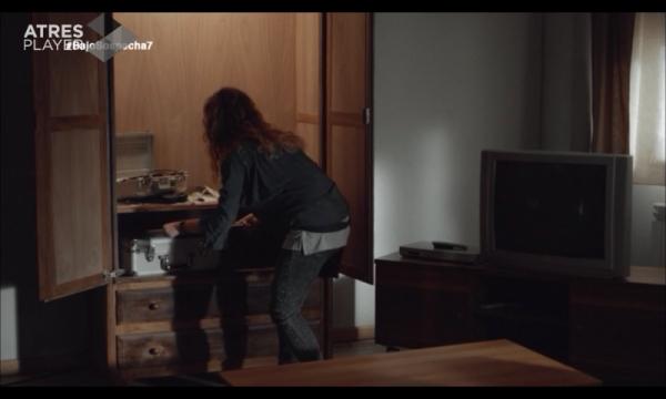 Emi descubre que Víctor y Laura les han espiado