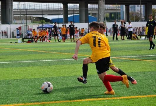 Disputa de bola entre dois jogadores.