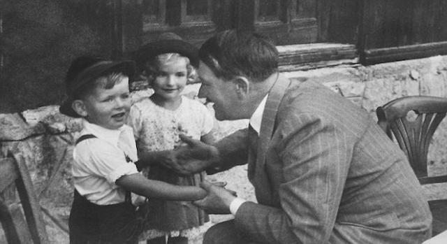 Adolf Hitler et deux enfants dont Gerhard Bartels.