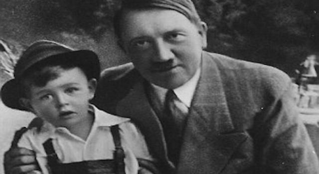 Gerhard Bartels à quatre ans avec Adolf Hitler.
