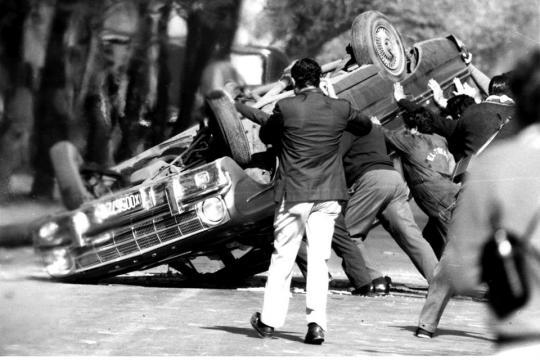 Automóvil Ford usado como Barricada