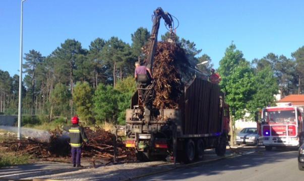 Carga de camião com madeira arde na Pedra Furada.