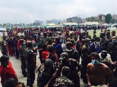 Distribuição de alimentos em Katmandu