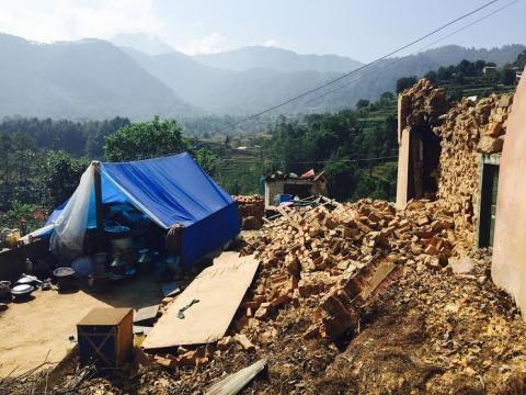 Tendas abrigam moradores das casas em ruínas