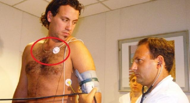2010: Fabbiani usa una cadena sin cruz o medalla.