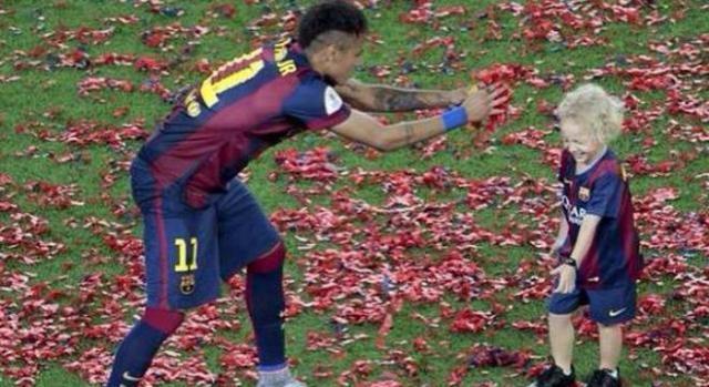 Neymar a brincar com o filho Davi Luca