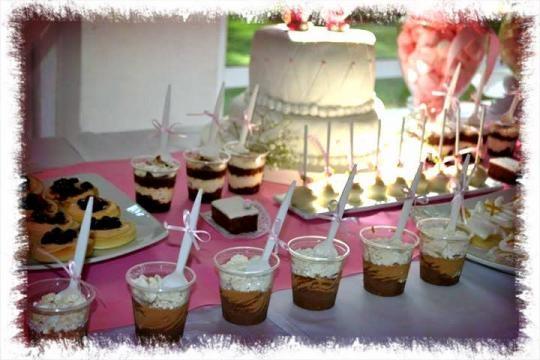 Postres individuales para una rica mesa dulce