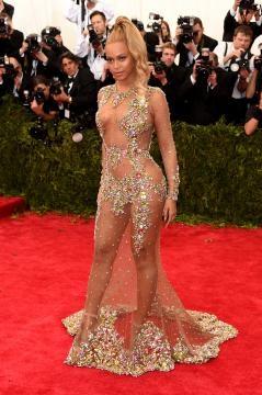 A cantora Beyoncé com um vestido transparente