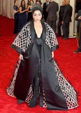 Lady Gaga com um gigante quimono