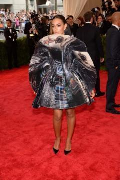 Solange Knowles com um vestido futurista