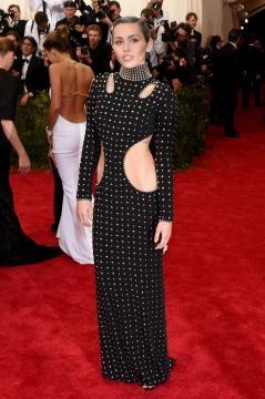 Vestido recortado na cintura de Miley Cyrus