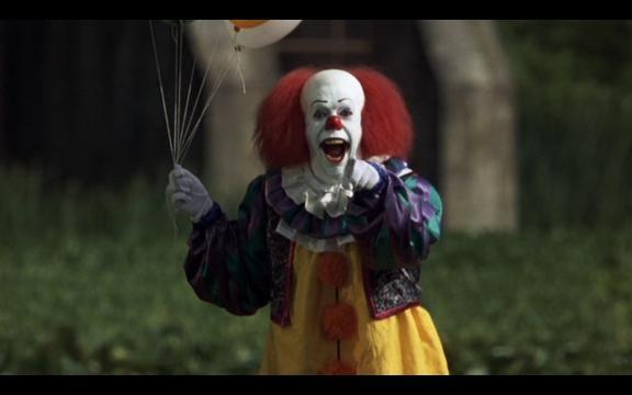 Tim Curry como Pennywise, el payaso.