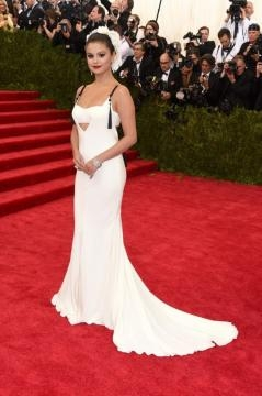 vestida de novia, así apareció selena gomez