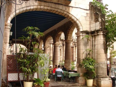 Pasaje en la Plaza de la Catedral, La Habana, Cuba