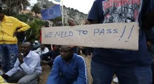 Migranti in attesa di entrare in Francia.