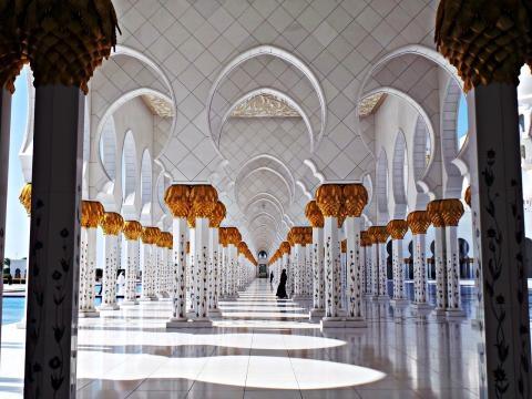 Miles de columnas de marmol blancas y oro